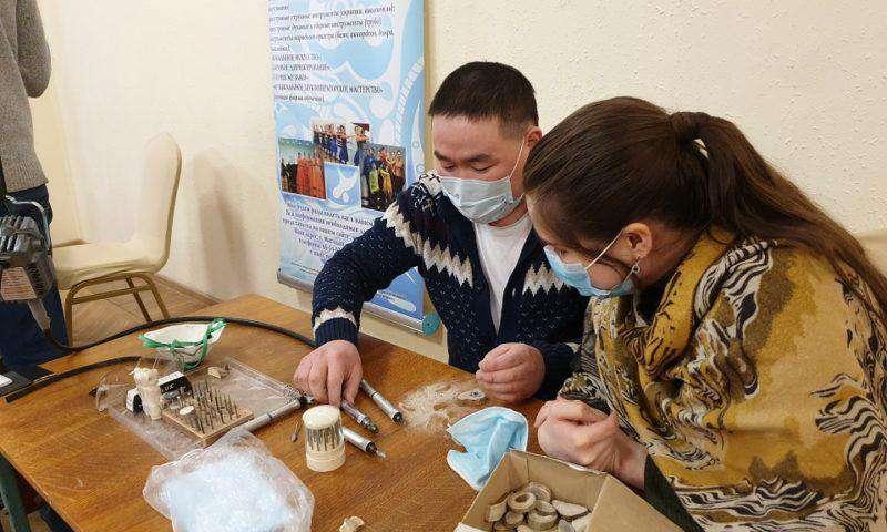 Косторезы продолжают обучение магаданцев