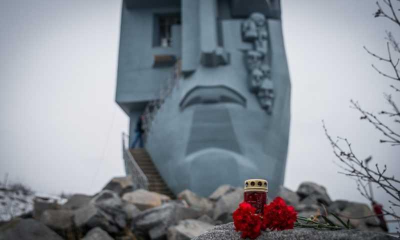 Поездка к монументу «Маска скорби»
